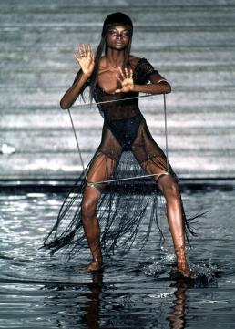 Debra Shaw for Alexander McQueen - SS1997 - la poupée