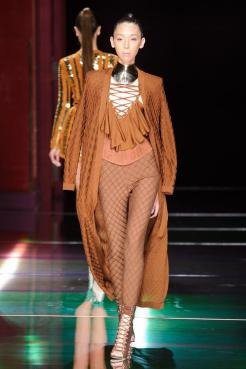 defile-balmain-printemps-ete-2016-paris-look-17