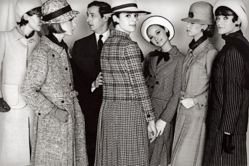 Marc Bohan entouré de mannequins, 1964.