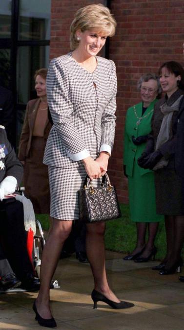 Lady Diana avec son Lady Dior, en 1995.