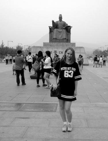 Devant la statue de Sejong le Grand.